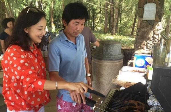 [明星爆料]44岁牛莉一家野外游玩 富豪老公忙烧烤(图)