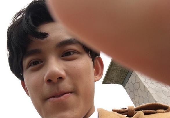 [明星爆料]吴磊终于学会用自拍杆 囧照惨被大鹏曝光(图)