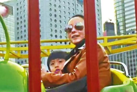 [明星爆料]张柏芝带两儿子玩过山车 吴镇宇娇妻带费曼陪玩(图)