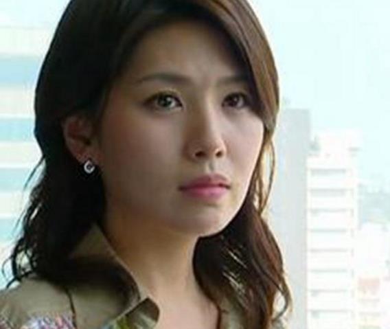 图为因潜规则自杀身亡的韩国女星李恩珠