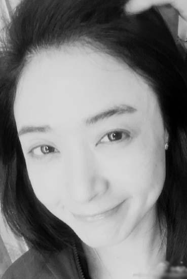 蒋欣清晨晒黑白自拍 眉目含情笑容美丽(图)-手机凤凰网