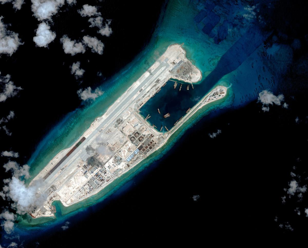 这是2015年3月时拍摄的永暑礁卫星图片,吹填后岛礁的外形已经大致清晰
