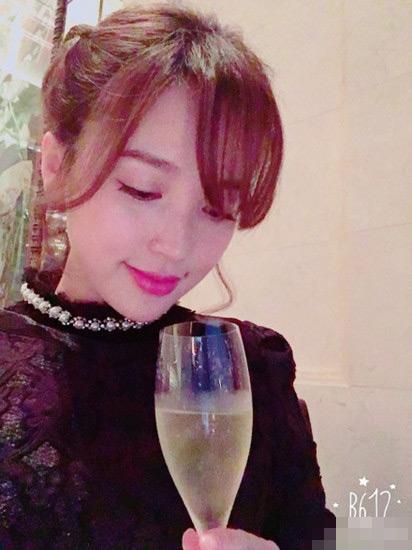"""[明星爆料]金莎庆生照显富态 大龄单身惨遭网友催""""嫁"""""""
