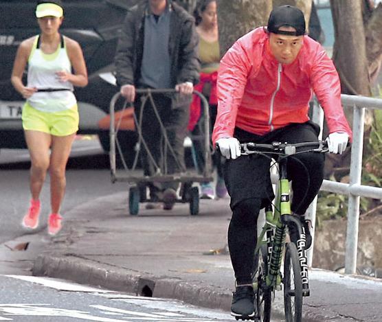 [明星爆料]陈奕迅踩单车陪徐濠萦跑步 披衣送花做模范老公