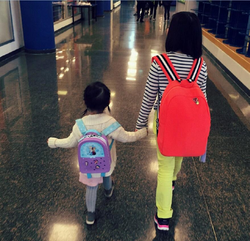 后来,在接到多多姐姐后,多多牵着妹妹往前走,两姐妹牵手前行的背影