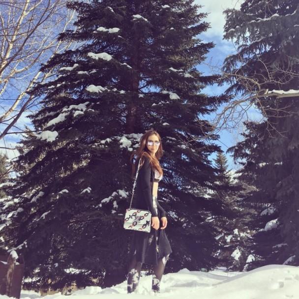 [明星爆料]阔太徐子淇穿运动内衣雪地漫步 呼吁大家爱护地球