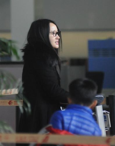 [明星爆料]杨钰莹素颜现身机场 一身黑装略显疲惫(图)