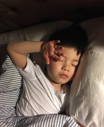 [明星爆料]胡可调侃爱子睡觉香甜:这姿势销魂的(图)