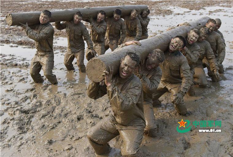"""3月25日是武警广西总队百色市支队""""魔鬼周""""训练的第四天。当天,特战队员在泥潭中进行极限体能、擒拿格斗等10多个课目的训练,挑战生理和心理极限,磨练意志品质。(蒋诗进)"""