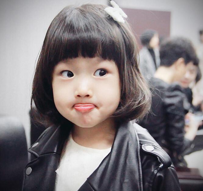 [明星爆料]金巧巧2岁女儿近照曝光 嘟嘴咬唇萌萌哒(图)