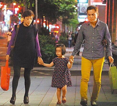 罗大佑一家三口外出就餐 61岁老爸牵手3岁女儿 [有看点]