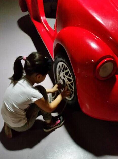 刘涛女儿检修玩具车 小安迪最近豪车被蹭得太多 [有看点]