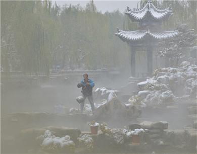 济南名泉雪中宛如仙境 市民冒雪打水