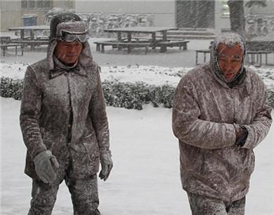 烟台今日遭遇暴雪袭击 行人变雪人