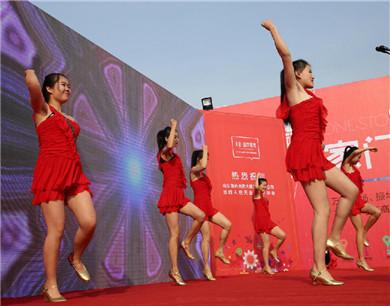 室外0°低温 东营美女穿红色超短裙热舞