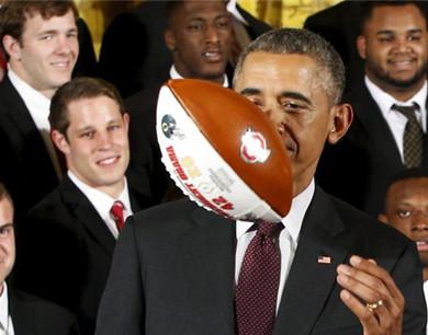 奥巴马白宫欢迎全国冠军球队 现场秀球技