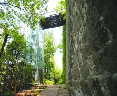 现代化的观光电梯与城墙显得格格不入。宋峤摄