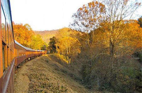 火车上的北美风景 宁静之中细品秋叶美景_旅游频道