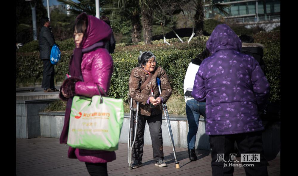 12月17日,这位70多岁的老人拄着拐杖在南京火车站广场乞讨。她称自己4年前不小心摔断了腿,老伴已经去世,儿子儿媳外出打工,不愿照顾她。一年多前,远方侄媳妇带她来到南京,之后再没回过安徽泗县老家。(彭铭/摄 孙子玉/文)