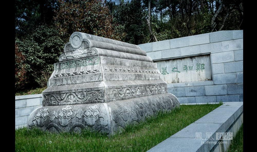 """在南京江宁区牛首山南面有座墓葬,当地人称""""回子坟""""、""""马回回墓""""。墓圹呈长方形,南北走向,长约150米,东西宽约60米,墓顶高约8米。墓按伊斯兰风格修建,整个墓形是""""回""""字形,墓前台阶有四组7层28级,寓意郑和七次下西洋,历时28年,遍访40多个国家和地区。(彭铭/图 孙子玉/文)"""