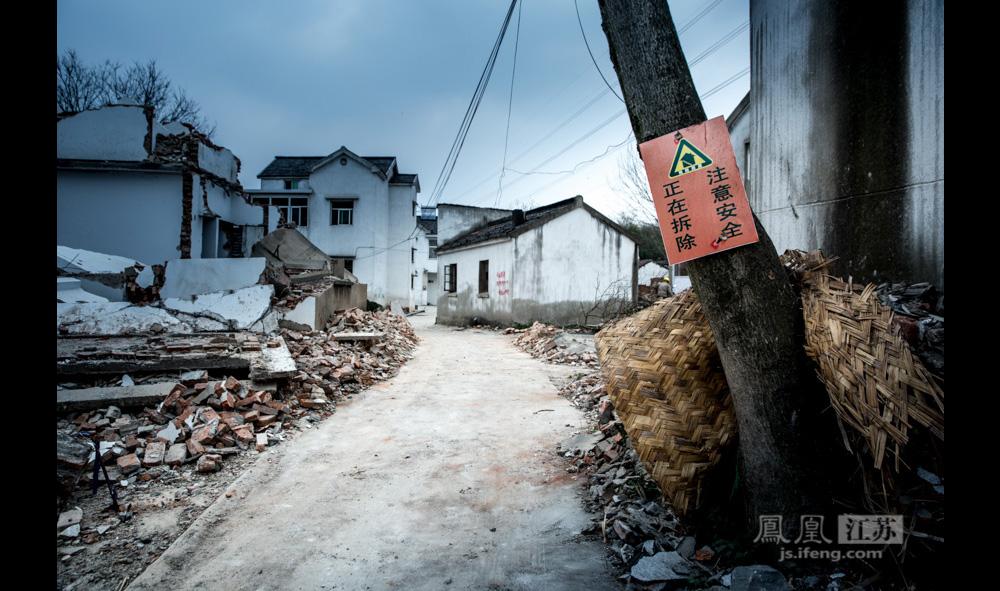 因村民自愿为郑和守墓600余年,郑家村声名在外,广为媒体报道。然而今年清明前夕,凤凰江苏实地探访,却发现村子正在拆迁,一地的碎石瓦砾。(彭铭/图 孙子玉/文)