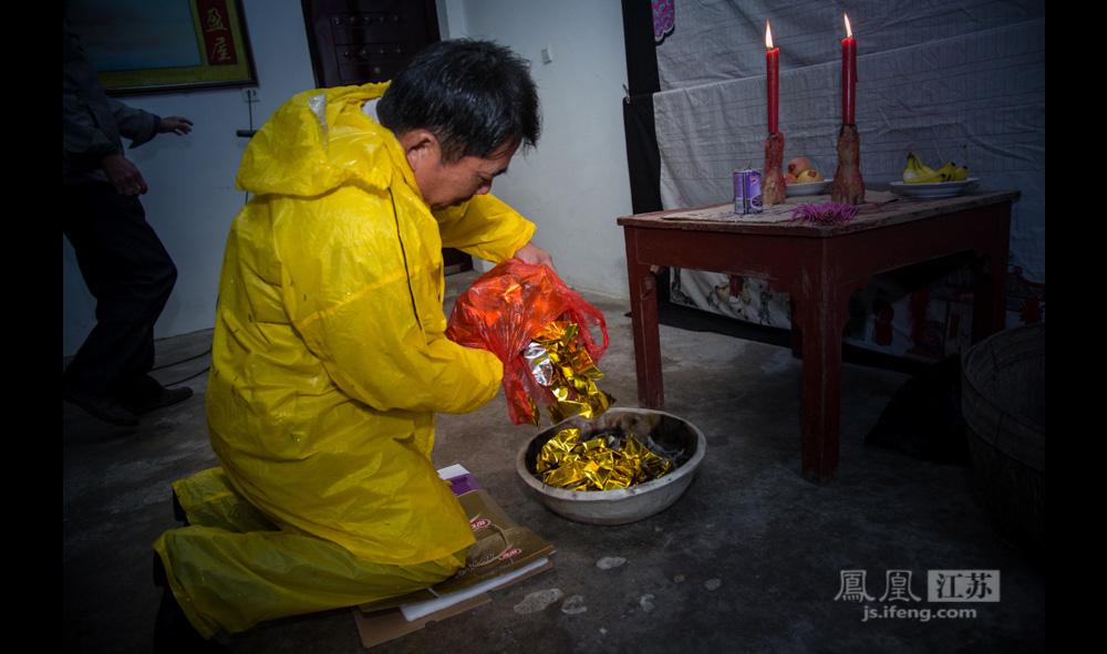 村民郑祁林骑着电动车最先到达,他家也是尚未拆迁的7户之一。没有太多寒暄,他径直走到族谱前,将纸元宝放入火盆点燃,叩拜。(彭铭/图 孙子玉/文)