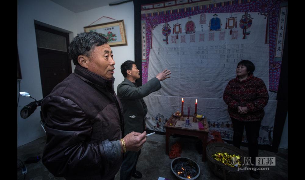 """郑良尧老人(左)今年65岁,住在周村,他年年都会回村里参加集体祭祀。他说,当地政府接手管理郑和墓之前,墓地的日常护理如栽树、劈枝、添土、整修都是他们在做。""""最近我还到郑和墓去散步,但现在那里已经不允许烧纸了。""""(彭铭/图 孙子玉/文)"""
