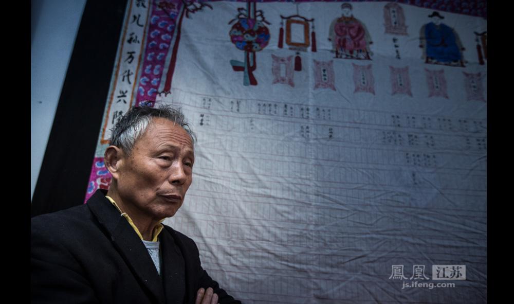 """1985年为纪念郑和首航580周年,南京市人民政府拨款重修了郑和墓。2005年,为纪念郑和下西洋600周年,江宁区又投入500万元对郑和墓进行了整修。""""我们对政府的重修是很感激的,毕竟原来是土坟,现在整修得干净漂亮很多。""""入赘郑家村40多年的严吉国老人感慨。不过,""""现在我们老年人可以免费去郑和墓,但中年人甚至是小孩去郑和墓就要收门票了,20元一张。""""(彭铭/图 孙子玉/文)"""