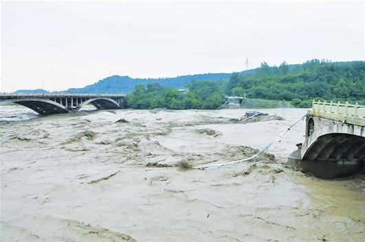 图为:被洪水冲断的绵竹市兴隆拱星大桥 新华社发
