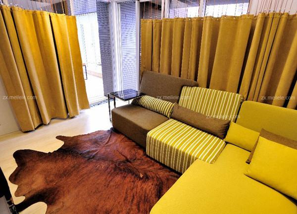 卧室飘窗窗帘:在这套混搭风格客厅装修效果图中,设计师将利用黄色的