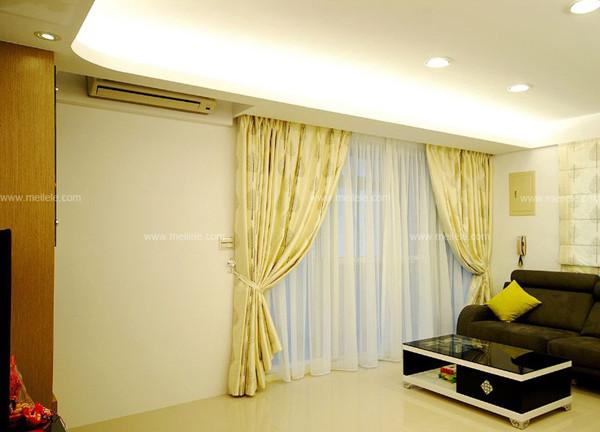 卧室飘窗窗帘:整个客厅空间大气的咖啡色的窗帘,在灯光的照射