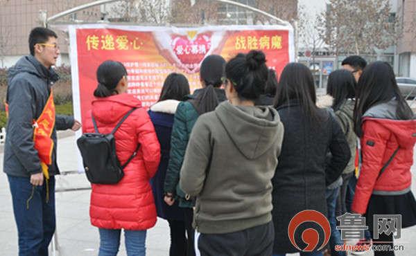 社团志愿者向同学介绍活动背景