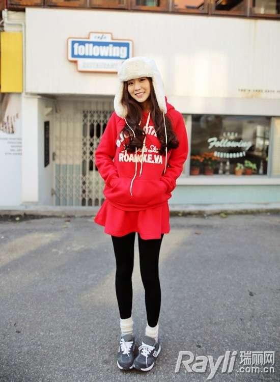 红色的卫衣搭配同色的百褶短裙