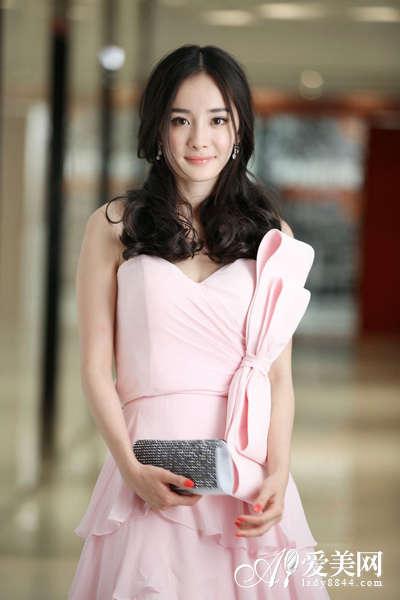 像杨幂这样选择亮粉色抹胸裙最适合不过,大大的双层花结,荷叶边设计