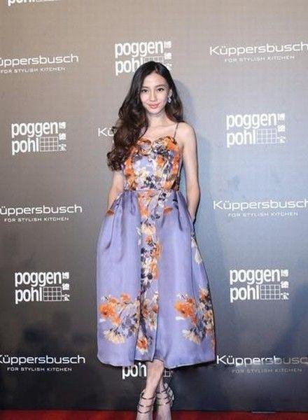 angelababy.杨颖穿着印花吊带蓬蓬裙,大伞裙的设计浪漫华丽.