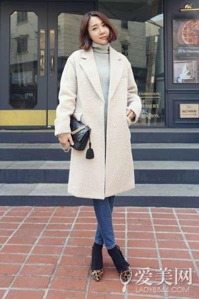 搭配要点:灰色高领毛衣+紧身牛仔裤+米色廓形大衣