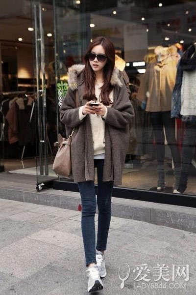 毛衣+深蓝色紧身牛仔裤+深咖啡色毛领大衣+灰色运动