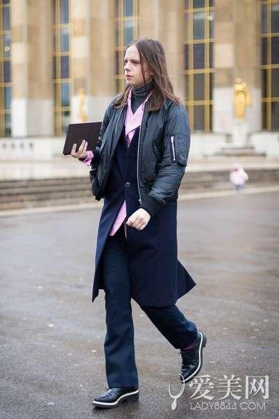 搭配要点:深灰色高领毛衣+粉色格子衬衫+藏蓝色长