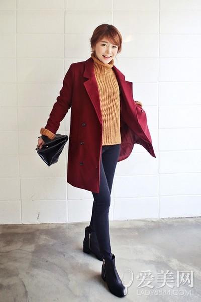 搭配要点:棕色高领毛衣+紧身牛仔裤+红色双排扣大衣