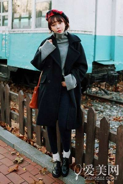 裤+灰色呢大衣+黑色平底短靴+酒红色手拿包