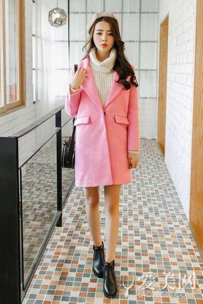 搭配要点:米色高领毛衣+粉色西装大衣+黑色平底短靴