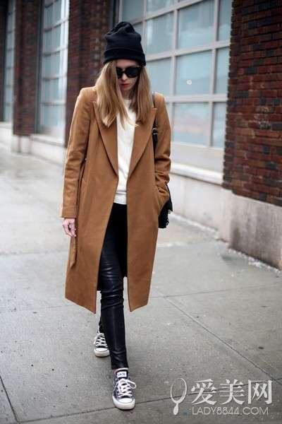 色长大衣+黑色帆布鞋+黑色