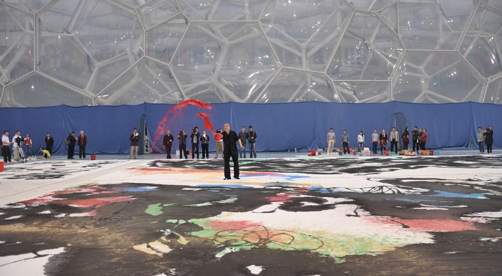 崔自默博士在水立方创作大型国画《大好荷山》之二