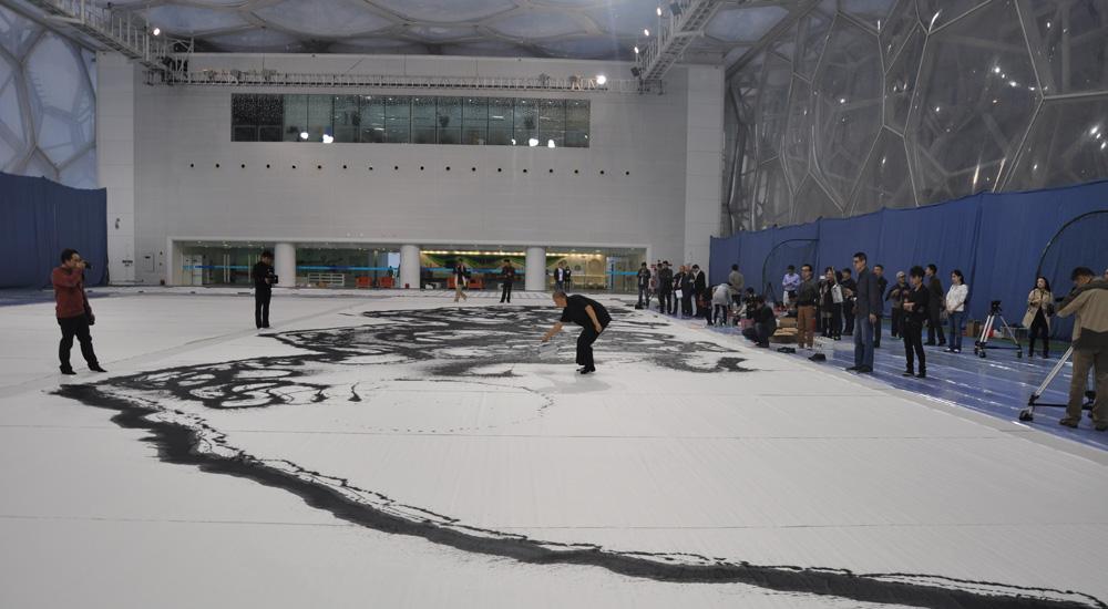 崔自默博士在水立方创作大型国画《大好荷山》之一