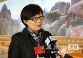 政协委员胡泽建和赵铁军正在住处研究提案