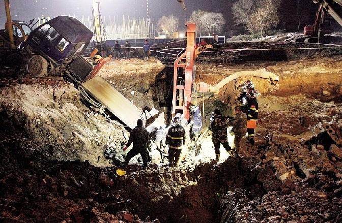 前晚到昨日凌晨,一场生死营救在汉阳区拦江路某建筑工地展开。一位因为地下溶洞发生塌方,遭近2米厚的泥浆埋压的工人被成功救出。