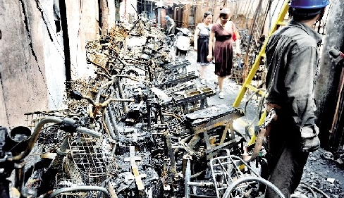 图为:电动车烧成废铁摄影:记者黄士峰