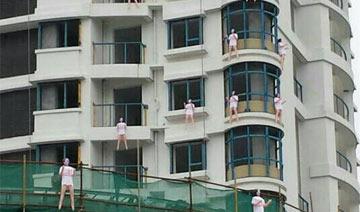 股东为维权挂10多个充气娃娃在楼盘上 像集体跳楼(图)