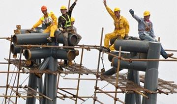 我国第一高楼堪称世界第二 高楼封顶工人登顶庆祝