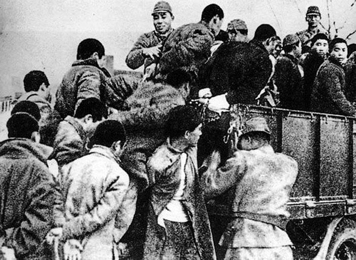 日军搜捕、捆绑大批南京青壮年,押往郊外集体屠杀(选自[日]每日新闻社:《一亿人の昭和史》)